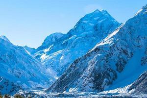 montanhas nevadas durante o dia foto