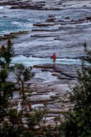 sydney, austrália, 2020 - uma visão de uma pessoa em uma costa rochosa