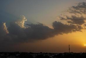 pôr do sol e nuvens acima de uma cidade