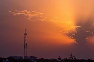 pôr do sol colorido e torre de rádio