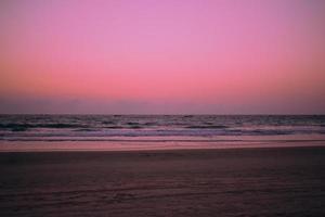 pôr do sol colorido na praia foto
