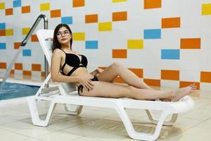 a garota está descansando no parque aquático foto