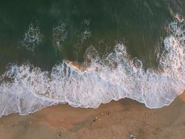 foto aérea de pessoas na praia durante o dia