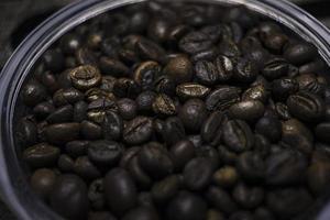 grãos de café em uma jarra foto