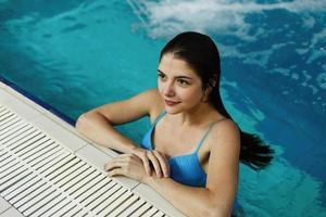 garota posando na piscina
