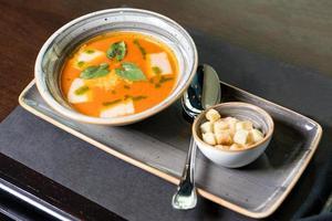sopa saborosa com migalhas de pão no prato