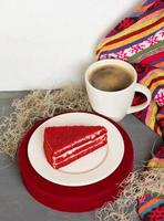 fatia de bolo saboroso vermelho com café preto