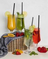 coquetéis de suco de frutas em um toco de madeira foto