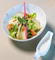 salada de frango com molho ao lado foto