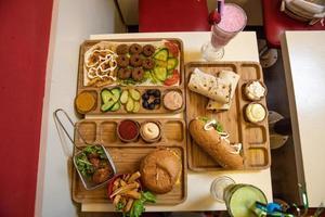 bandejas de comida de madeira com sanduíches