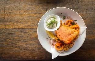 vista superior do peixe com batatas fritas foto