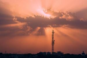 pôr do sol dramático e uma torre de rádio