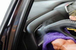 limpando o interior do carro