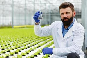 homem segurando uma amostra de solo