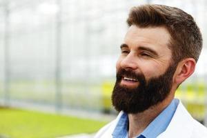 homem barbudo em um manto de laboratório