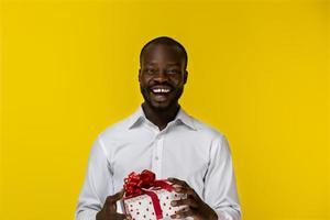 homem animado segurando um presente foto