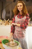 artista vestindo avental