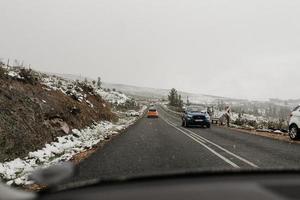 cidade do cabo, áfrica do sul, 2020 - carros na rodovia enquanto a neve está caindo
