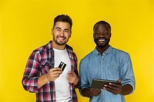dois amigos usando cartão e tablet