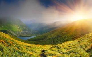 paisagem de verão nas montanhas perto do lago. foto