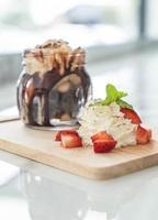 sorvete de chocolate em uma jarra foto