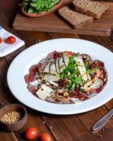 linda salada de peixe com vegetais
