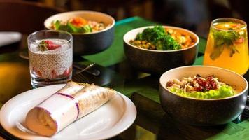 banquete do almoço na mesa foto