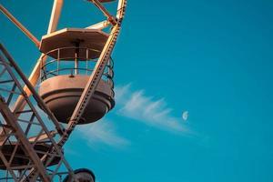 roda gigante contra um céu azul foto
