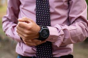 uitenhage, áfrica do sul, 2020 - homem usando um relógio cronógrafo preto