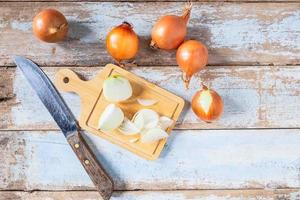 cebola cortada em uma tábua de madeira foto