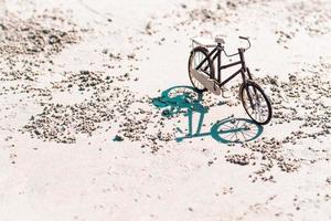 brinquedo de bicicleta de madeira na praia