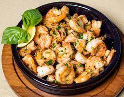 Farinha de camarão camarão no prato preto de perto foto