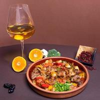 saborosa refeição de carne com taça de vinho branco foto