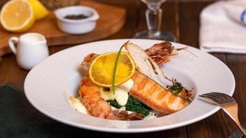 refeição de salmão com caviar foto