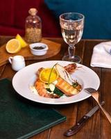 salmão com verduras e caviar foto