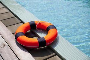 cinto de salvação na piscina foto