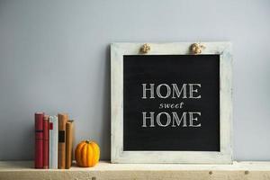 quadro-negro com livros lar, doce lar foto