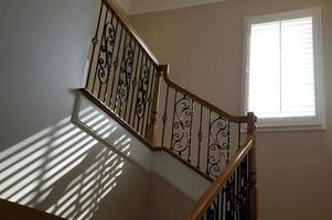luz da janela na escada foto