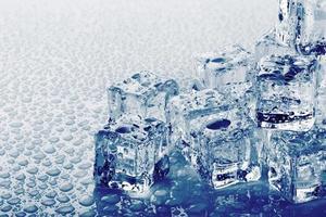cubos de gelo com gotas foto