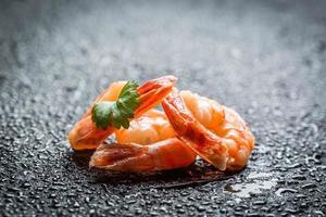 close up de camarão fresco em uma pedra foto