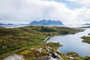 estrada para as montanhas, ilhas lofoten na noruega foto