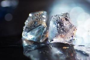 macro de cubo de gelo azul transparente foto