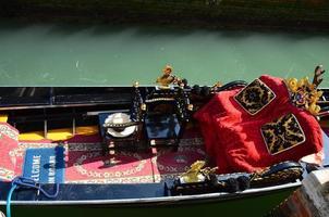 assentos de gôndola em veneza, itália foto