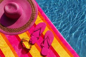 chinelos na piscina foto