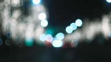 luzes de rua noturnas desfocadas foto