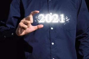 mão humana e inscrição de 2021