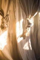 lençol de cortina de linho branco ao sol foto