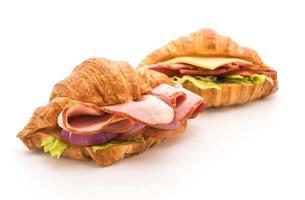 sanduíche de presunto e croissant em fundo branco