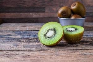 kiwi fresco em uma tigela foto