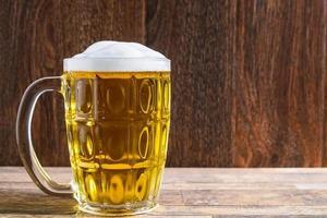 caneca de cerveja espumosa foto